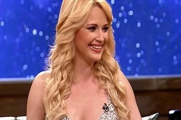 U 42. godini! Maja Nikolić šokirala bujnim poprsjem u vatreno crvenom korsetu!