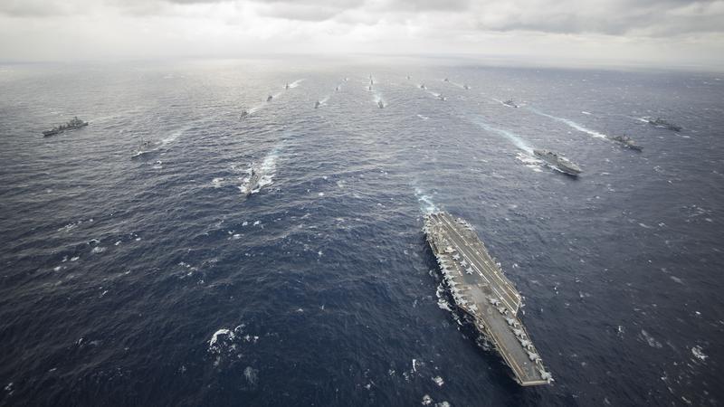 Grupa uderzeniowa lotniskowca USS George Washington - trudno o zdjęcie, które lepiej oddawałoby potęgę wojskową USA