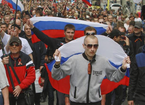 Prorosyjscy separatyści na pochodzie z okazji 1 Maja. Fot. EPA/PHOTOMIG/PAP/EPA