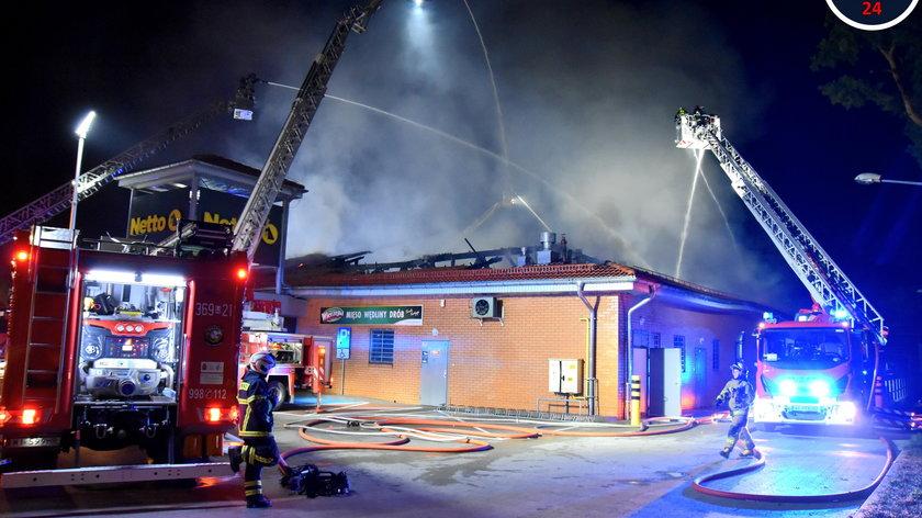 Pożar w Wawrze. Na miejscu pracuje 15 zastępów straży pożarnej