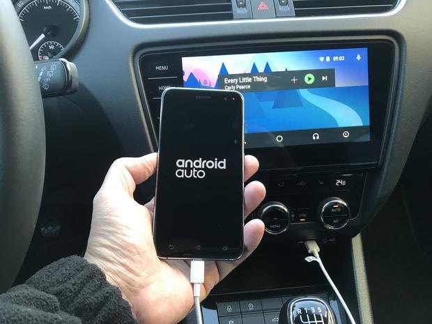 Android Auto sprawdziliśmy m.in. z telefonem Asus ZenFone 3. Sprzęt był szybko rozpoznawany przez radio Skoda Columbus. Skoda Octavia
