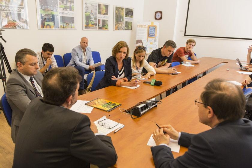 Ludzie przy stole na konferencji