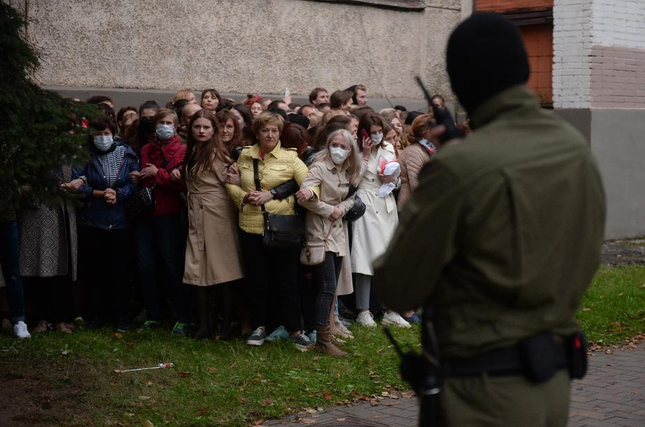 Őrizetbe előtt álló fehérorosz nők próbálnak dacolni a maszkos rendvédelmisekkel Minszkben 2020. szeptember 8-án, hiába. / Fotó: MTI/EPA/str