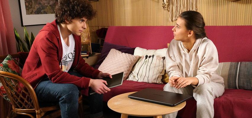 """""""Barwy szczęścia"""" odcinek 2485. Michalina ma twórczą blokadę. Bez wiedzy Witka czyta jego pamiętnik!"""