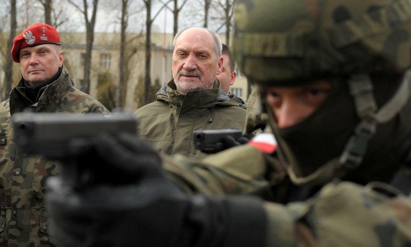 Macierewicz dokonał rzezi wśród oficerów!