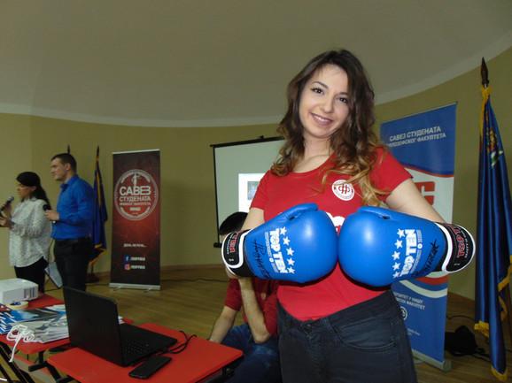 Rukavice sa potpisom niškog kik boksera Novaka Radulovića izazvale veliko interesovanje