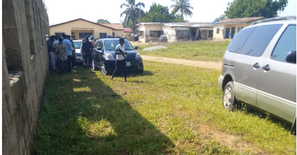Kogi Elections: Voters reportedly queue in Lokoja to collect N2000 after voting - Pulse Nigeria