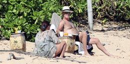 Koronawirus szaleje, a Pierce Brosnan wyleguje się na plaży