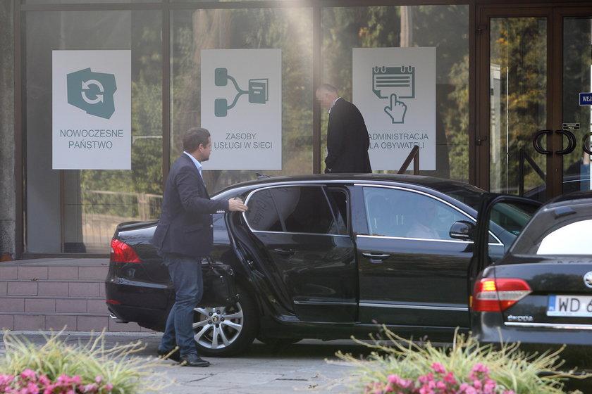 Minister Rafał Trzaskowski w służbowej limuzynie