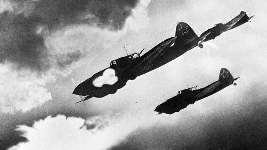 Radzieckie samoloty szturmowe Ił-2 atakują kolumnę niemieckich czołgów na Froncie Woroneskim, lipiec 1943 (fot. F. Lewszyn, ze zbiorów archiwum RIA Novosti, image #225, na licencji Creative Commons Uznanie autorstwa – Na tych samych warunkach 3.0)