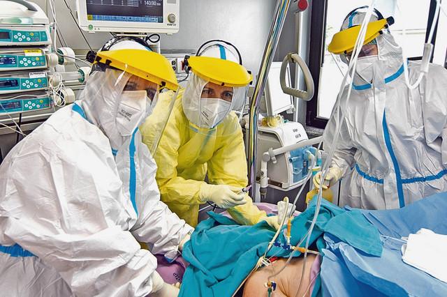 U drugom piku pokazalo se da je većina pacijenata zaražena na nekim skupovima, primećuju lekari