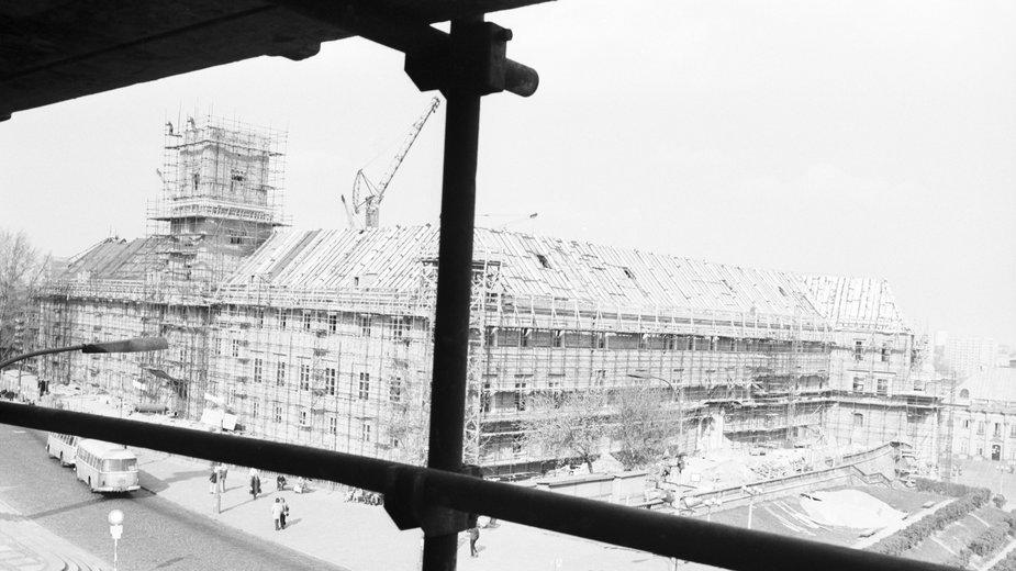 Odbudowa Zamku Królewskiego w Warszawie. Widok z piętra kamienicy Johna od strony ul. Krakowskie Przedmieście (1974 r.)