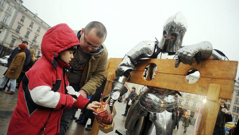 Wolontariusze z bractwa rycerskiego zbierają pieniądze na Rynku Głównym w Krakowie