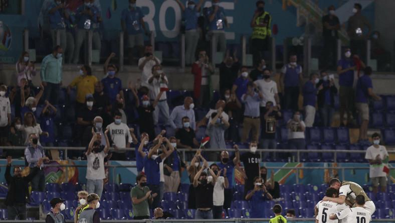 Piłkarze reprezentacji Włoch celebrujący gola w meczu z Turcją
