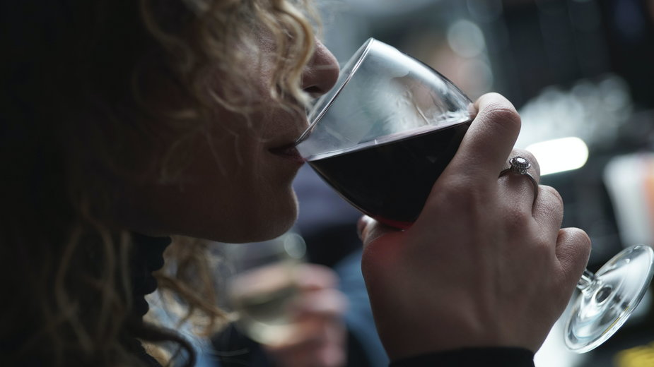 Uzależnienie kobiet od alkoholu. 8 szkodliwych mitów, w które nie można wierzyć / Unsplash