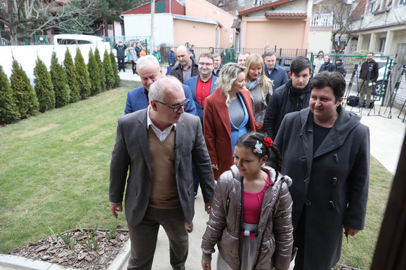 Zamenik gradonačelnika Goran Vesić sa Majom Mitrović i njenom ćerkom Sarom i sinom Dimitrijem