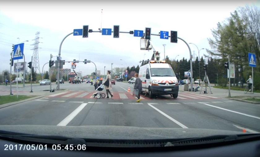 Kierowca zatrzymał się przed przejściem, aby przepuścić pieszych