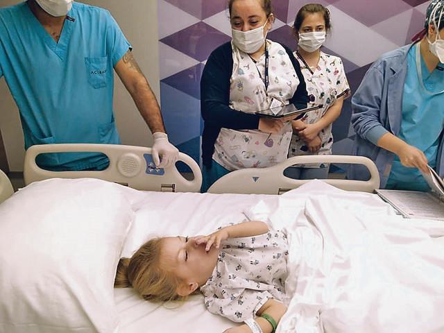 Nakon operacije koja je trajala devet sati, Mia je dobro, srećna je i nasmejana, kaže njena mama Milena