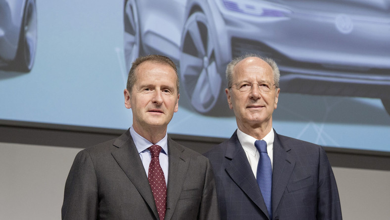 Dyrektor generalny Volkswagena Herbert Diess i prezes firmy Hans Dieter Poetsch