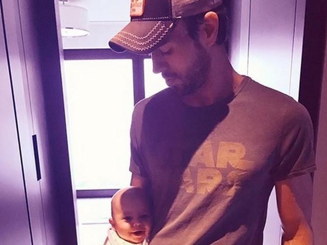 Način na koji Enrike drži bebu izazvao BURNE REAKCIJE: Da li možete da uočite GDE JE BEBINA GLAVA na ovoj slici?