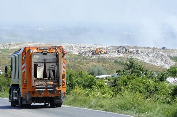 Kamioni odvoze đubre na deponiju u Vinči