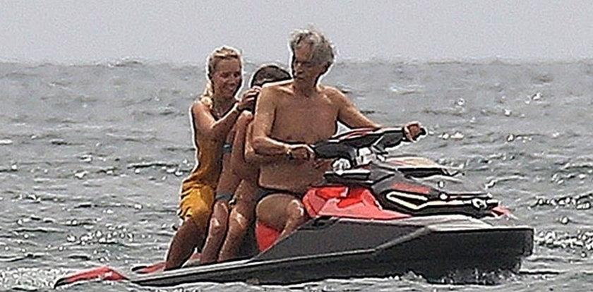 Andrea Bocelli po raz kolejny zaskoczył swoich fanów. Niewidomy śpiewak sam kierował skuterem wodnym!