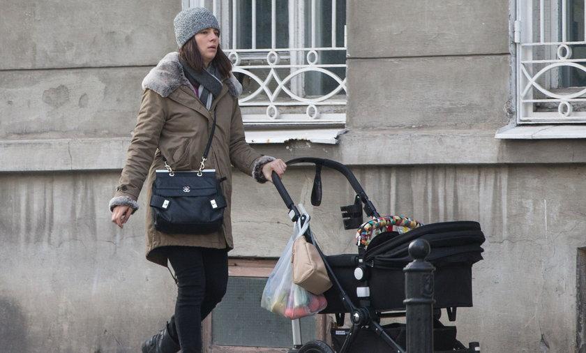 Anna Czartoryska na spacerze z córką