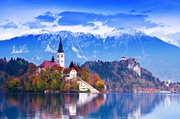 Słowenia Ten malutki kraj, choć leżący częściowo na Półwyspie Bałkańskim nie zachował wiele przykładów orientalnego dziedzictwa. Zajdziemy w nim za to wiele dowodów na to, że w przeszłości Słoweńcy wchodzili w skład Monarchii Austro-Węgierskiej. Podróżując po Słowenii, pośród niezliczonej ilości jezior i masywów górskich trafimy na bajkowo położone królewskie posiadłości.