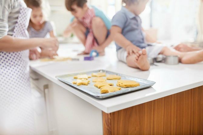 Uključite decu u razne zajedničke radnje, pa i u pravljenje kolača