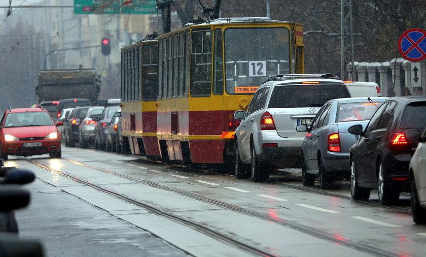 tramwaj w korku na ulicy Narutowicza w Łodzi