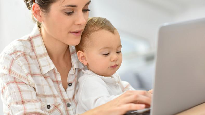 Matka z dzieckiem przy komputerze