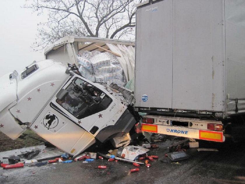 Zderzenie trzech TIR-ów. Kierowcy ciężko ranni