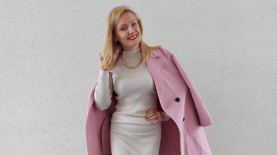Paula Wrąbel w pastelowym płaszczu