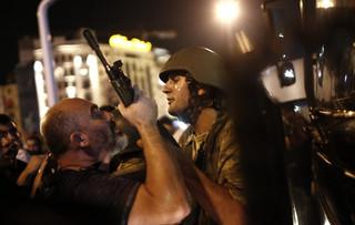 Turcja: Erdogan w SMS-ach wzywa obywateli do obrony demokracji