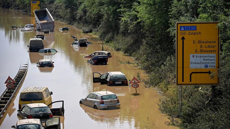 Samochody zalane przez powódź w pobliżu miasta Erftstadt w Nadrenii Północnej-Westfalii