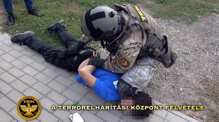 Veszélyes terroristaként bántak a kommandósok Dominikkel, amikor rajtaütöttek és elfogták a Pest megyei településen /Fotó: TEK