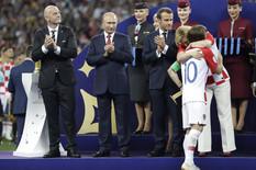 """KRAĐA ZLATA NA CEREMONIJI MUNDIJALA Gledala je predsednika Rusije u oči, a onda """"MAZNULA"""" medalju /VIDEO/"""