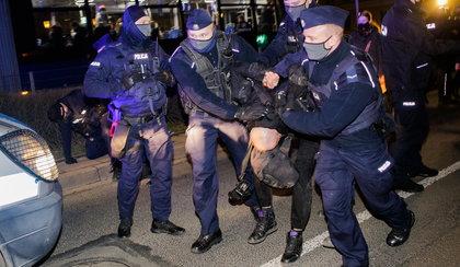 W Warszawie policja wynosiła ludzi z tłumu. We Wrocławiu użyto gazu, są poszkodowani!