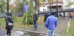 Dramat! Stoją w kolejce po test w deszczu i z objawami COVID-19