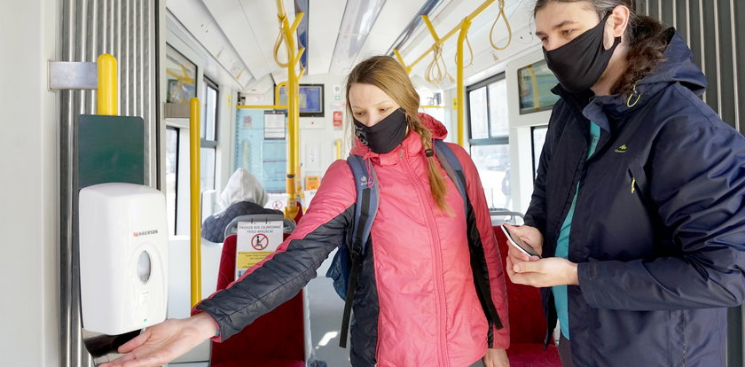 W autobusach i tramwajach zdezynfekujesz ręce. Gdańsk testuje specjalne dozowniki!