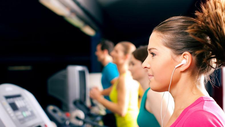 Specjaliści od treningów zalecają stworzenie listy ulubionych przebojów, dzięki czemu ćwiczenia będą skuteczniejsze
