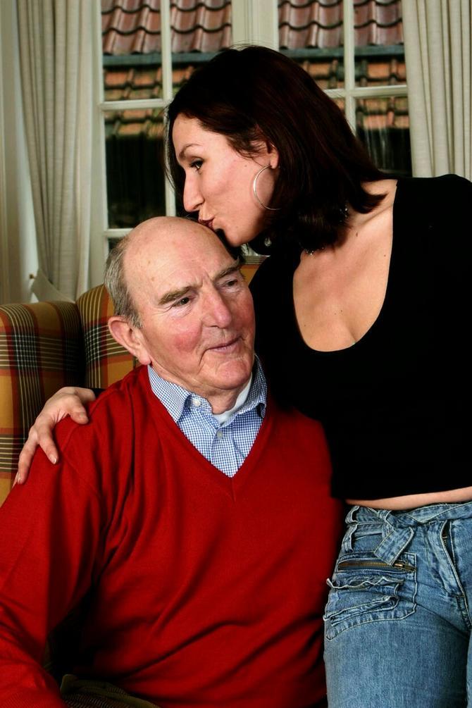 Veza mlađe žene sa starijim muškarcem uz nadoknadu