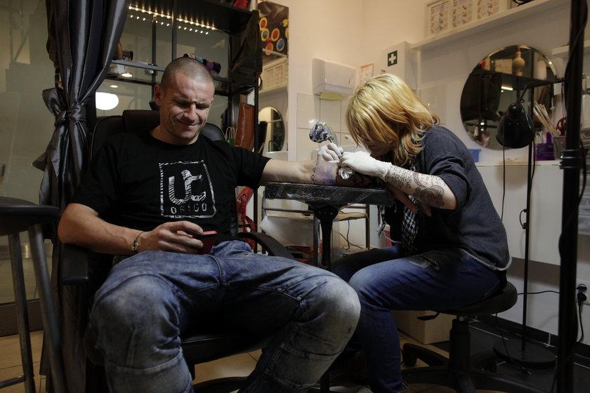 Mateusz Bąk to miłośnik tatuaży