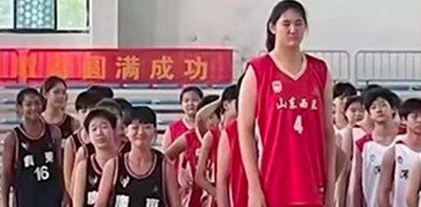 Ta dziewczynka ma tylko14 lat a mierzy już ponad 2 metry! Nagranie z jej popisami na boisku bije rekordy popularności