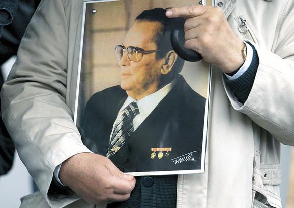 Traženje novih heroja: Komunistička prošlost u Jugoslaviji bila je centrirana oko Titove biografije, nakon kastriranja njegove harizme eksplodiralo je i službeno komunističko pamćenje