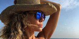 Partnerka Rooyensa w bikini na plaży
