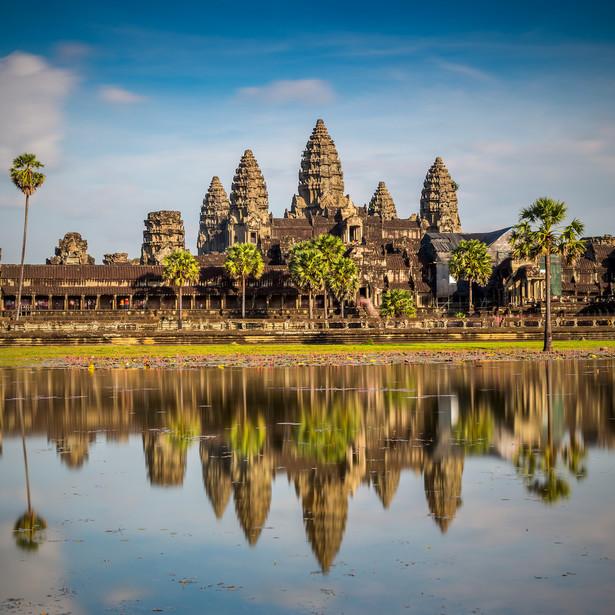 1. Kambodża Chcesz jechać, gdzie pieprz rośnie? Ale tak dosłownie? Jednym z jego najważniejszych producentów jest Kambodża – przemierz khmerskie wioski tuk tukiem aż do plantacji pieprzu rodziny Sothy. Jadaj pyszne i niedrogie specjały z ulicznych stoisk, nawet jeśli nie wiesz co kupujesz. I odkrywaj dzikie plaże, które nie ustępują urodą tajskim, a na pewno masz tu większe szanse, aby mieć je tylko dla siebie. Tutaj poczujesz się jak odkrywca, a nie jak turysta.