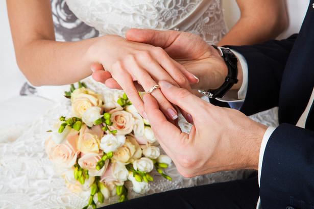 Zatrudniam moją narzeczoną. Czy ślub będzie miał wpływ na opłacanie składek z etatu?