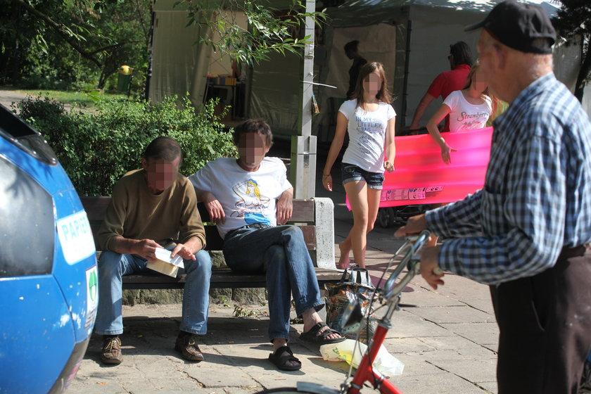 Menele na ławkach wśród tłumu turystów