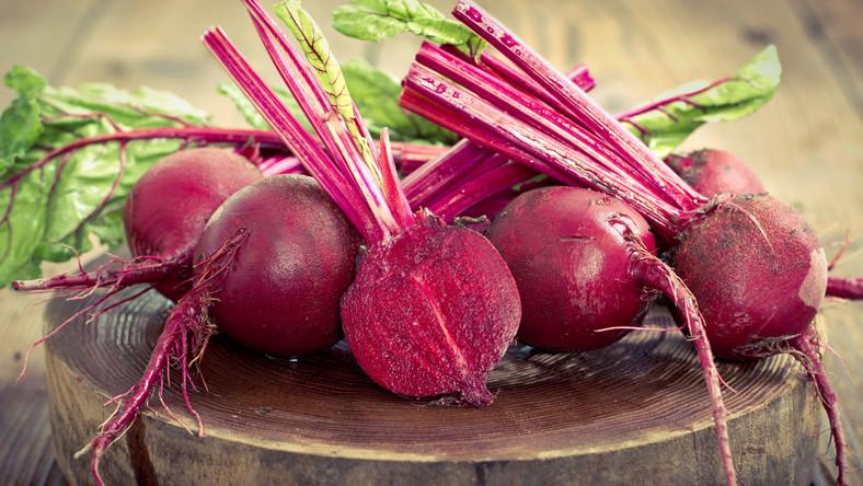 Znakomicie smakują w zupie, ugotowane i podawane na ciepło w formie sałatki, jako sok lub surowe w towarzystwie innych warzyw. Amatorzy buraków lubią ich wersję konserwową, która jest nieco cierpka z smaku